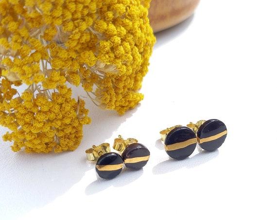 Black stud with a golden stripe