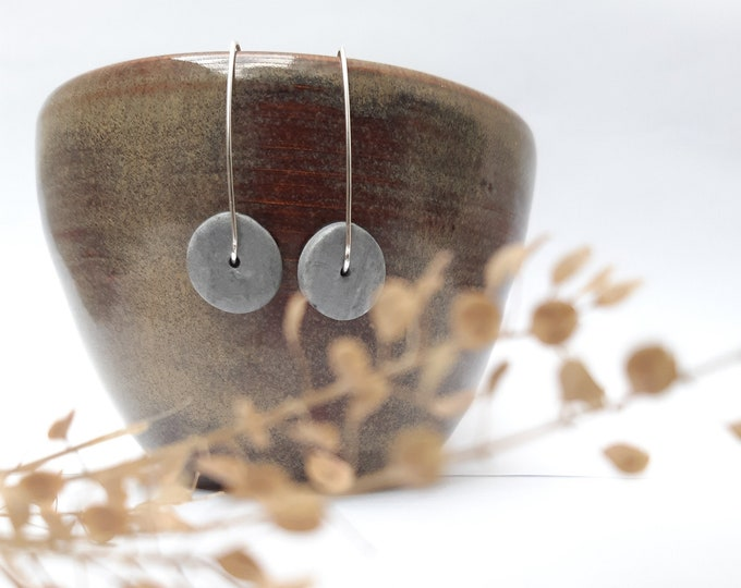 Long earring: round slice grey