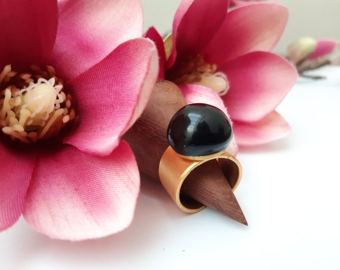 Black gold round ring, glossy porcelain