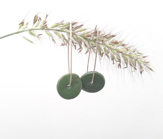 Long earring: round slice green