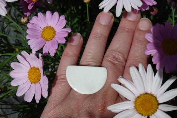 Moon-shaped white porcelain adjustable ring