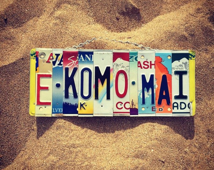 E Komo Mai. License Plate Sign.-maui -hawaii - welcome- welcome sign- home decor- hawaiian- license plate - travel.