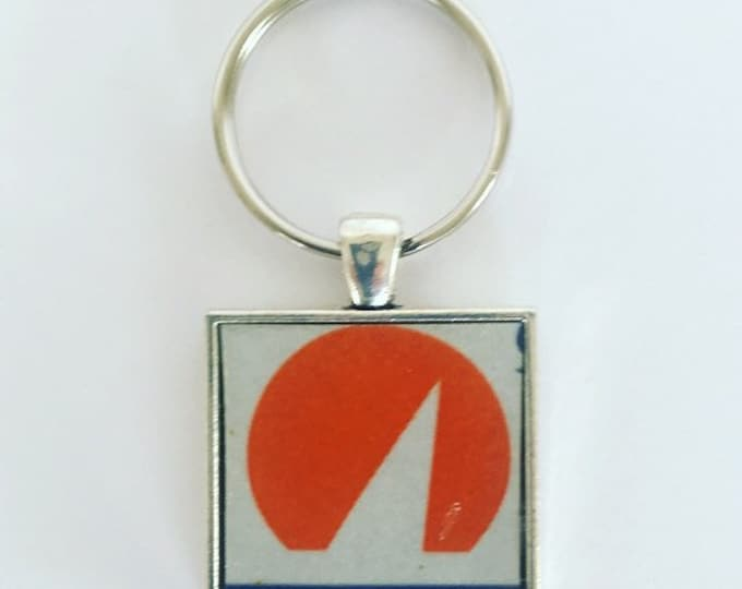 Wisconsin Keychain, Wisconsin License Plate, Wisconsin Souvenir, Sailboat Keychain, Sailboat Decor, Nautical Keychain, Gift for Sailors