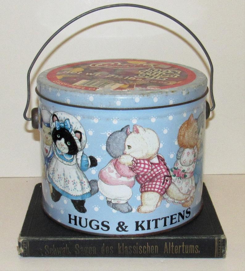 art by Marjorie Sarnat Hugs /& Kittens Tin w Wire Handle 1987 kittens vintage tin cats