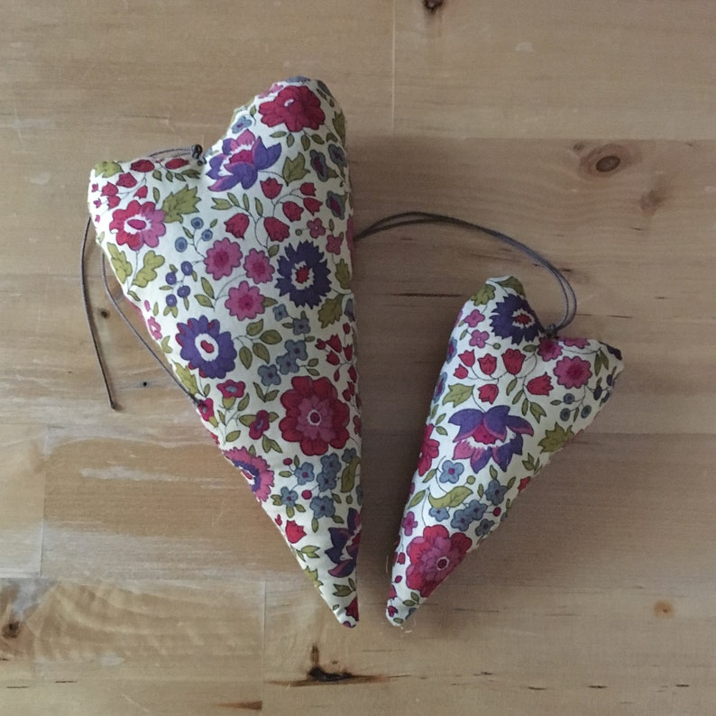 Duo of decorative hearts in Liberty fabric from Anjo burgundy image 0