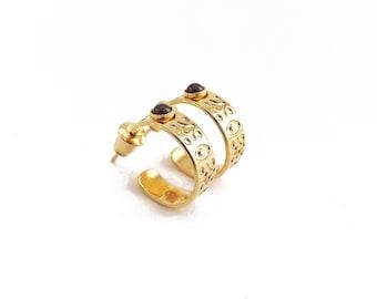 Small Carmela creoles with fine garnet stones, golden creoles with 24-carat fine gold, original creation.