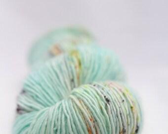 Echeveau de laine teint à la main - superwash - mérinos - fil fingering - tacheté - teint à la demande - FANTASTIC