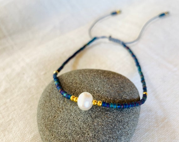 Bracelet one solitaire pearl and miyuki blue beads with adjustable rope