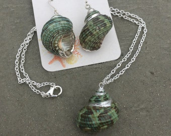 Green Turban Shell Pendant Necklace and Earring Set in Silver