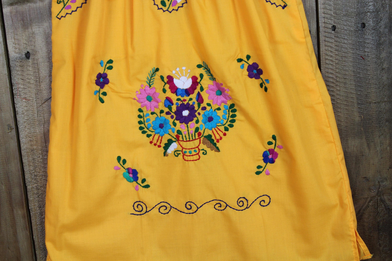 34 jahrebunte mexikanische mädchen kleidgelbhand