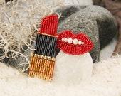 Red lipstick and lips with pearl brooch trend bijouterie set 2 pieces Rossetto rosso e labbra con spilla di perle bigiotteria di tendenza