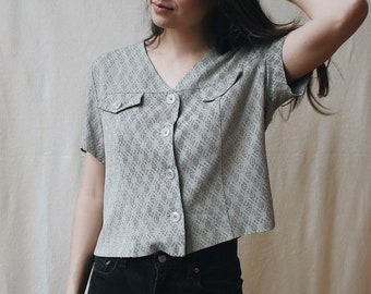 Vintage cropped grey rayon blouse | 80s textured button-down tee | Retro short sleeve top with pockets | Size XS small v-neck women's top