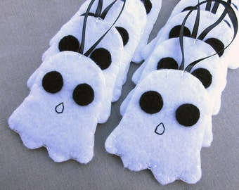 10 white ghost ornaments, scary ghostie decorations, spooky Halloween spirit paranormal, ghost buster party favors, white felt poltergeist