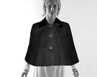 WOMEN CAPE in black + white, Fake-Fur Faux-fur Cashmere Alpaca Angora Wool 18./19. century