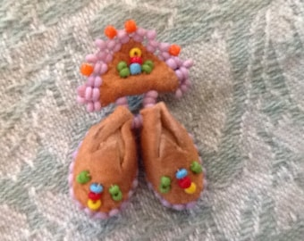 Vintage Collectible Beaded Native American Moccasion Pin