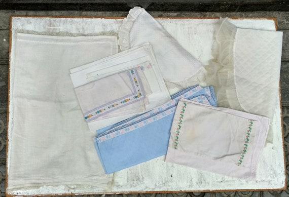 En osier boîte Malle poupée avec literie beaucoup de vêtements de poupée / Français en osier / paniers en osier / Mid Century couture dans une boite, panier de pique-nique