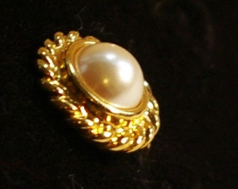 Vintage Screw back gold and pearl earrings