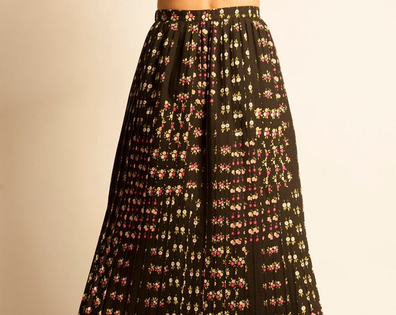 Pleated long skirt from 1970's flowers motif