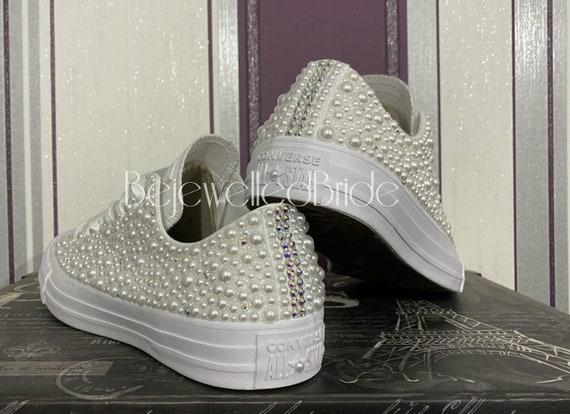 Wunderschöne Hochzeit Converse All Star Chucks mit weißen Perlen, alle Größen erhältlich. Personalisierung verfügbar siehe Listeninfo