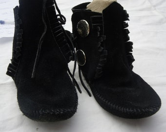 vintage Minnetonka soft soled black suede ankle moccasins with silver button detail boho hippie chic southwestern boot narrow small