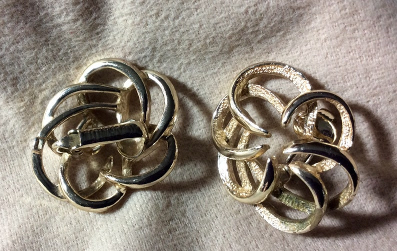 Sarah Coventry 1968 Tailored Swirl Goldtone Clip on Earrings