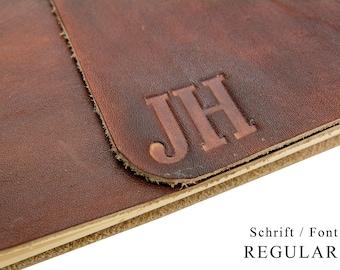 Bis 5 Zeichen - Monogramm Prägung - Wir prägen Ihr Monogramm in Leder - Personalisieren Sie Ihr Lederbuch.