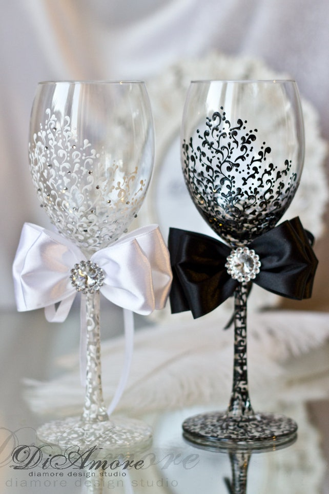 White and Black Wedding Set , Mr & Mrs Wedding Toasting Glasses, th Wedding Anniversary Gifts, Champagne Personalized, Wine Wedding Glasses