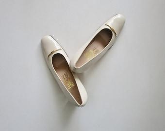 Salvatore Ferragamo Ivory Pumps 2.5 Inch Heel Size 8 1/2 3 A, Vintage 1980s Off White Italian Designer Shoes with Brass Detail