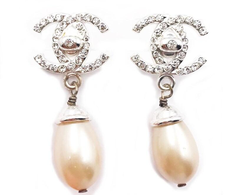 37453440b1 Chanel CC argento cristallo Faux Perla a Clip su orecchini   Etsy