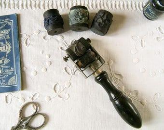 Rouleau de broderie Français antique avec applicateur Français de 4 tampons en caoutchouc - tampon de motif rouler Vintage - Vintage