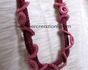 Collana rosa in cotone, fatta a mano ad uncinetto