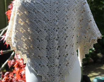 Crocheted shawl mixed beige that measures 59 inch... in pure cotton.