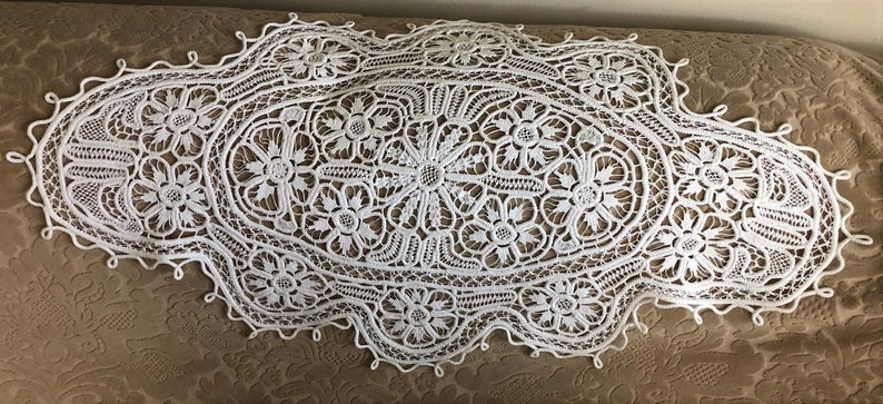 Table Runner. White Large Oval Hand Made Vintage  HUNGARIAN POINT LACE