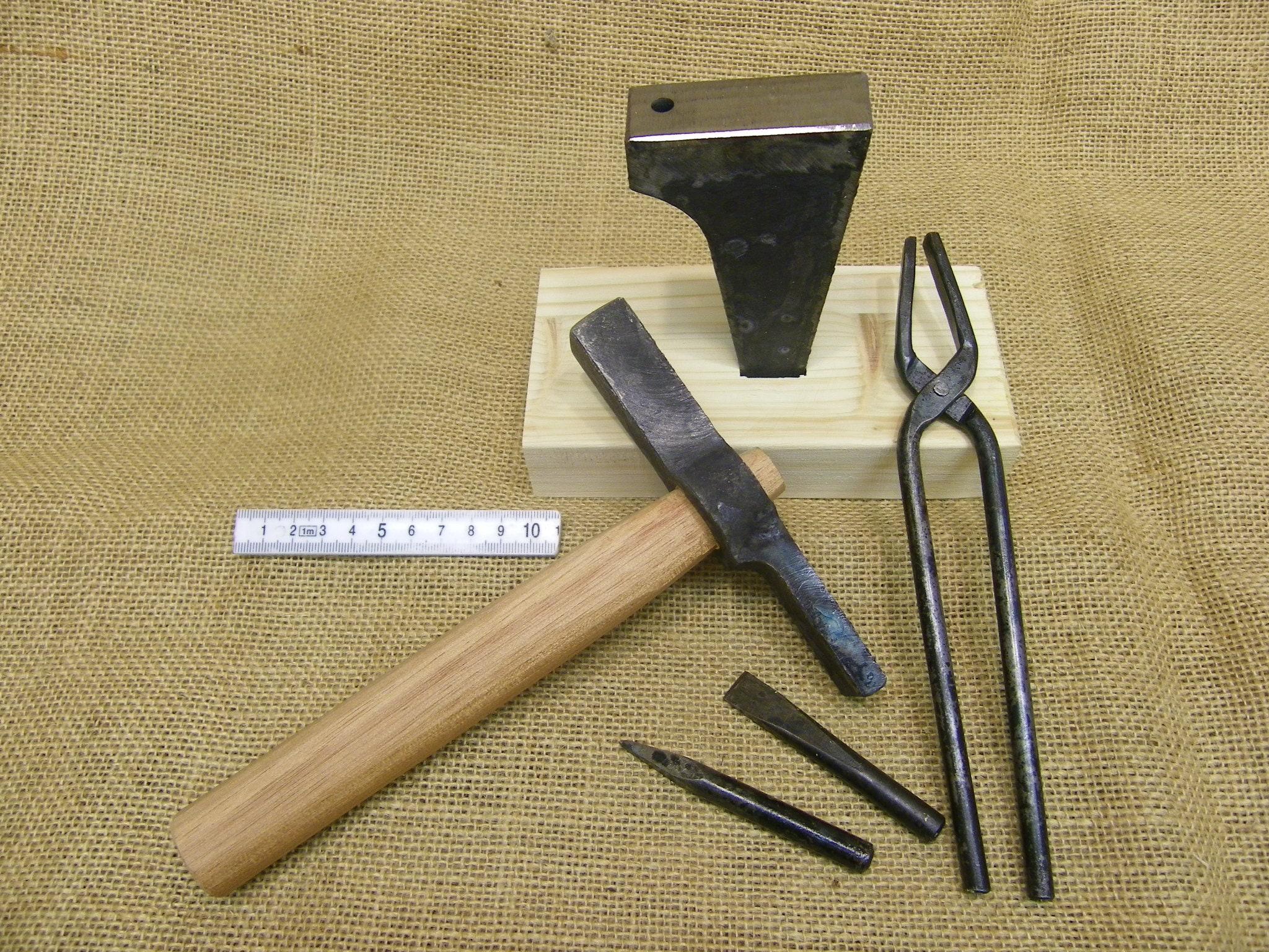 medieval smithing set 840g anvil 350g hammer pliers & chisel punch set