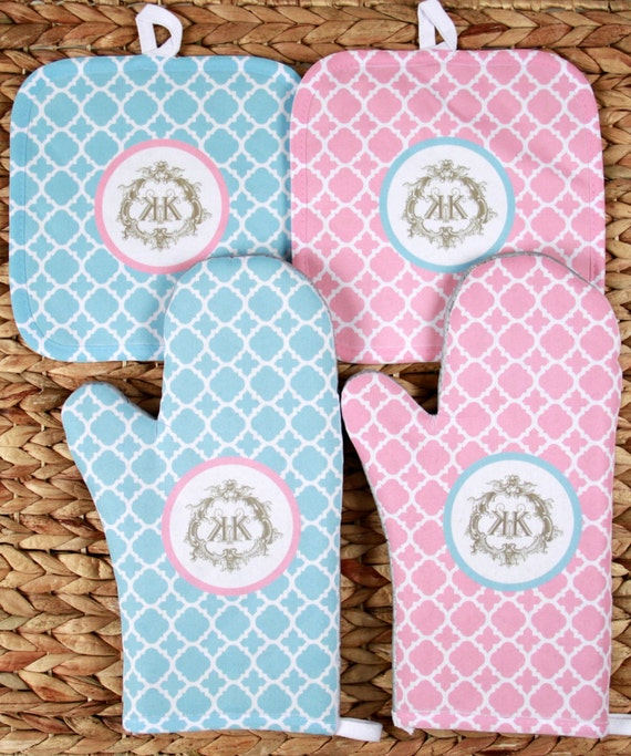 Oven Mitt Pot Holder Monogrammed Gift Set Personalized Oven Mitts Gifts for Mom Decor Dining Housewarming Hostess Gift Monogrammed Custom