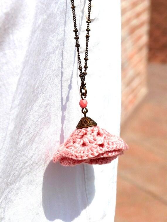 "Powdered rose flower - crochet NASTURTIUM bronze metal bead - jewelry boho necklace / hippie - Mariage cérémonie - ""Gypsy Chic"" Collection"