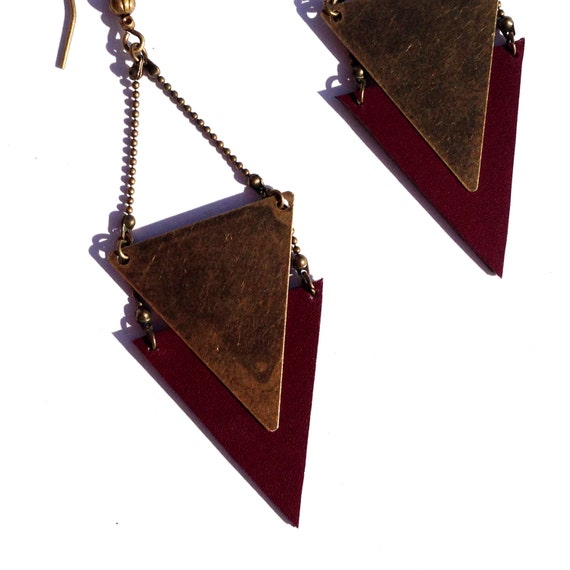"""Earring graphic Burgundy leather / metal triangle bronze CHEYENNE - Collection """"Indian summer"""""""