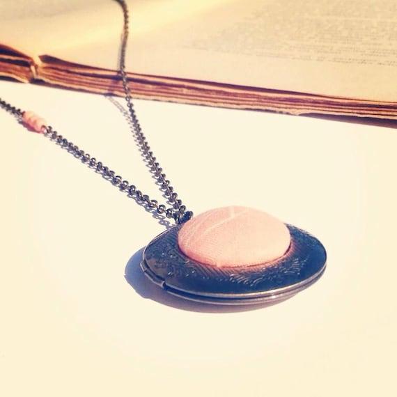 Sautoir médaillon photo  rond en tissu rose poudrée