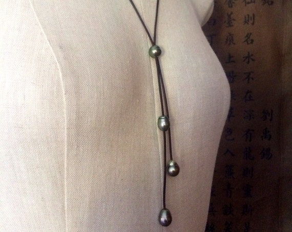 Tahitian pearls on leather necklace, tie necklace, feminine pearls and leather necklace. Jewel for women.