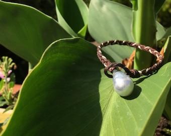 White Australian pearl - lasso bracelet - cultured pearl from Australia. Leather braid bracelet and silver silk wire.