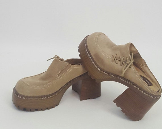Vintage 90's Light Brown Chunky Heel Platform Clogs 7 - Thick Heeled Tan Grunge Clueless Slip-On Shoes - Suede Leather Lace-Up 1990s Heels