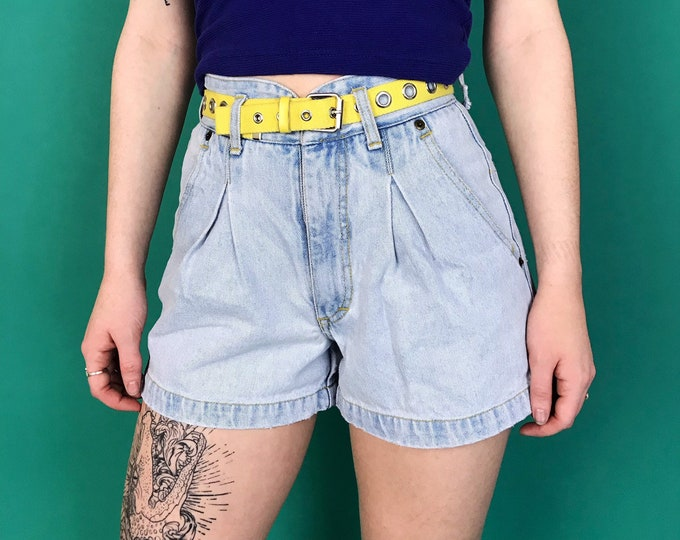 90's Basic High Waist Denim Shorts 3/4 Small - Light Wash Denim VTG Everyday Denim Pleated Front Casual Preppy Vintage Summer Jean Shorts