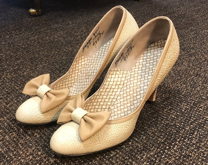Sweet Pair of Original Vintage 1950s Beige Textured Pumps with Bow Decoration Size 6 1/2 - 7