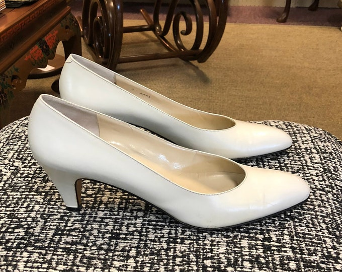 Pair of Vintage Rangoni of Florence White Leather Low Heel Pumps, Italian Made, Size 7 - 7 1/2 Narrow, Marked 8 AAAA