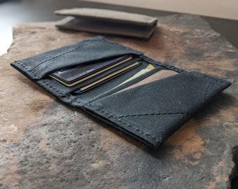 Slim wallet in waxed canvas, black or brown