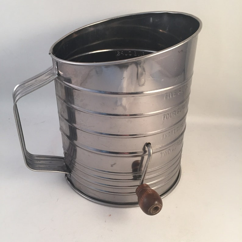 Bromwell 5 Cup Sifter, Use or Display in Vintage Kitchen, Bromwell Wood  Handle Hand Crank Sifter