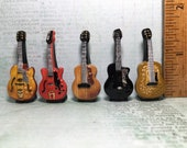Tiny ELVIS PRESLEY Guitars Tenor, Hagstrom, Gibson, Isana, Martin - French Feve Feves Figurines Miniatures WW3