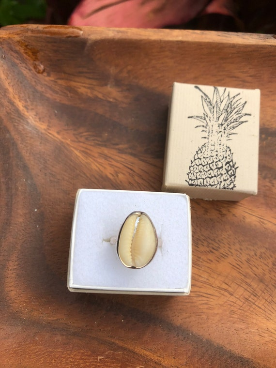 Simple cowrie ring
