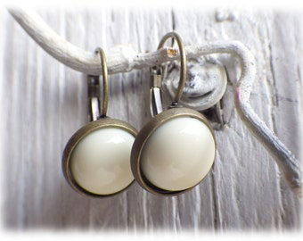 1 pair of cabochon earrings vintage style white with bronze or silver Brisur