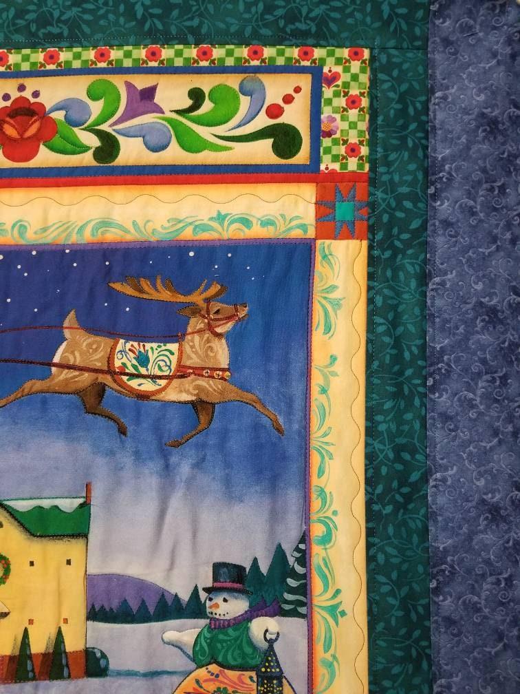 Quilter's Christmas quilt avec machine quilting autour de la plupart des images. Des images fantaisistes lumineuses colorées sont dans des tons d'aquarelle. Personnaliser
